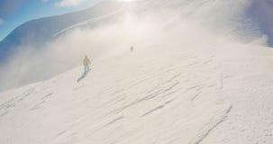 Snowboarding freeride Winter, entlang Mann mit Brett in den Bergen lizenzfreie stockfotografie
