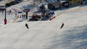Snowboarding im Winterurlaubsort stock video footage