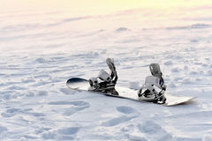 Snowboarding na neve no por do sol Fotografia de Stock Royalty Free