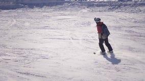 Snowboarding ner skidalutningen stock video