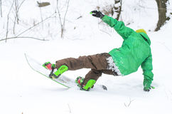 Snowboarding sportif d'homme sur la pente de ski Images stock
