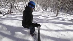 snowboarding video do snowboarder da pessoa 4k abaixo do close up da inclinação com gopro vídeos de arquivo