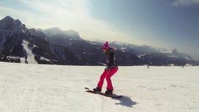Snowboardingkvinna arkivfilmer