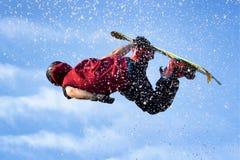 Snowboardpullover in der Luft lizenzfreies stockfoto