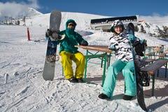 snowboards людей 2 детеныша Стоковое фото RF