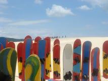 Snowboards in zand Stock Afbeelding