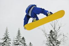 Snowboardsprung Lizenzfreie Stockfotografie