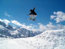 Snowborder die (meisje) springt Royalty-vrije Stock Afbeeldingen