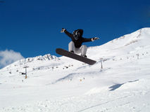 Snowborder die (meisje) springt Stock Fotografie