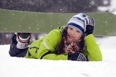 Snowborder riant de fille, chutes de neige Photographie stock