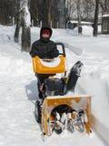 Snowborttagning med en snowblower Royaltyfria Bilder