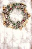 Snowbound Bożenarodzeniowego wianku Jedlinowego drzewa zabawki jagod prezenta Wakacyjny Mag Obrazy Royalty Free