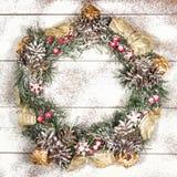 Snowbound Bożenarodzeniowego wianku Jedlinowego drzewa zabawki jagod prezenta Wakacyjny Mag Fotografia Royalty Free