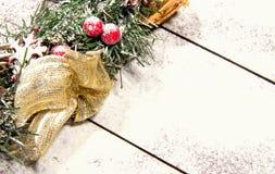 Snowbound Bożenarodzeniowego wianku Jedlinowego drzewa zabawki jagod prezenta Wakacyjny Mag Zdjęcie Stock