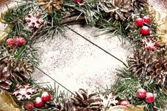Snowbound Bożenarodzeniowego wianku Jedlinowego drzewa zabawki jagod prezenta Wakacyjny Mag Obraz Royalty Free