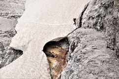 Snowbridge - στον τρόπο επάνω μέσω του ferrata Alpninii, δολομίτες στοκ φωτογραφίες με δικαίωμα ελεύθερης χρήσης