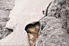 Snowbridge - sur le chemin dessus par l'intermédiaire du ferrata Alpninii, dolomites photos libres de droits