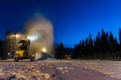 Snowcannon die recente producerende sneeuw werken Stock Fotografie
