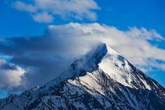 Snowcapped överkant av berget i Himalayas Royaltyfria Bilder