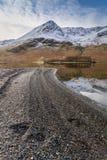 Snowcapped Bergen en Duidelijke Bezinningen in Buttermere in het Meerdistrict, het UK royalty-vrije stock afbeeldingen