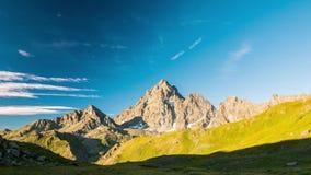 Snowcapped bergkanter och maxima med flyttning fördunklar över fjällängarna i sommar, det Torino landskapet, Italien tidschacknin lager videofilmer