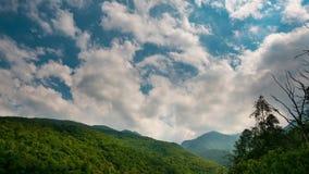 Snowcapped bergkanter och maxima med flyttning fördunklar över fjällängarna i sommar, det Torino landskapet, Italien Tid schackni arkivfilmer