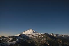 Snowcapped góra piekarz zaświecał księżyc w pełni, stan washington Obrazy Stock