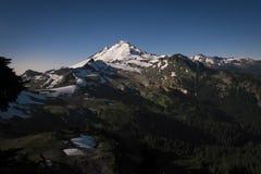 Snowcapped góra piekarz zaświecał księżyc w pełni, stan washington Zdjęcie Stock