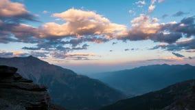 Snowcapped halni szczyty z chodzeniem i granie chmurnieją nad Alps w lecie, Torino prowincja, Włochy czasu upływ przy zmierzchem  zdjęcie wideo