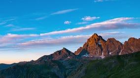 Snowcapped halni szczyty z chodzeniem i granie chmurnieją nad Alps w lecie, Torino prowincja, Włochy czasu upływ przy zmierzchem  zbiory wideo