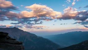 Snowcapped halni szczyty z chodzeniem i granie chmurnieją nad Alps w lecie, Torino prowincja, Włochy czasu upływ przy zmierzchem  zbiory