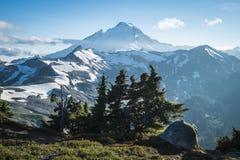 Snowcapped monteringsbagare, fjällripa Ridge, staten Washington Cascad Arkivfoton