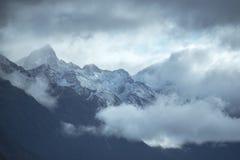 Snowcapped pasmo górskie przy Milford dźwiękiem Obrazy Stock