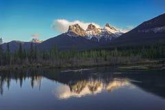 Snowcapped tre systerberg Canmore Alberta Canadian Rockies Fotografering för Bildbyråer