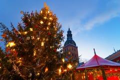 Snowcapped Weihnachtsbaum und der Weihnachtsmarkt Lizenzfreie Stockfotografie