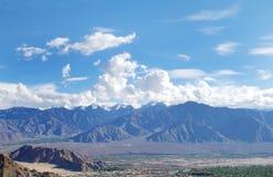 Snowcapped Zanskar-waaier die Leh, HDR omringen Royalty-vrije Stock Foto
