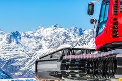Snowcat,积雪的清除的机器,准备滑雪落后 在Th 库存图片