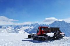 Snowcat или машина piste стоя на наклоне лыжи Стоковые Изображения RF