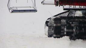 Snowcat arbetar på en berglutning på skida arkivfilmer