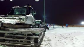 Snowcat de Caterpillar en la noche metrajes