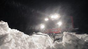 Snowcat die een helling voorbereiden bij nacht in hooggebergte bij het ski?en toevlucht stock footage