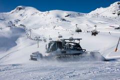Snowcat en skilift in alpen Stock Afbeeldingen