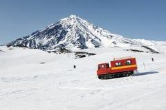 Snowcat jeżdżenie na śnieżnych skłonach wulkan obraz royalty free