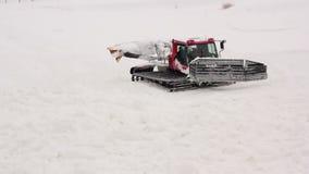 Snowcat med stora larver tar bort snö stock video