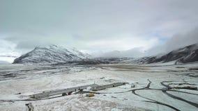 Snowcovered Ackerland der Landschaftsluftgesamtlänge stock video
