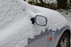 Snowcovered bil i vintern Royaltyfri Bild