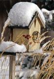 Snowcovered Birdhouse Stockfotos