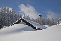Snowcovered Hütte Lizenzfreie Stockfotografie