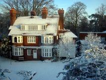 Snowcovered Huis op een Duidelijke Dag Royalty-vrije Stock Foto's