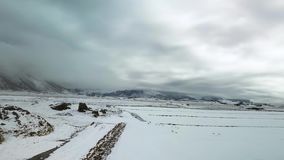 Snowcovered landbouwgronden van de landschaps de luchtlengte stock video